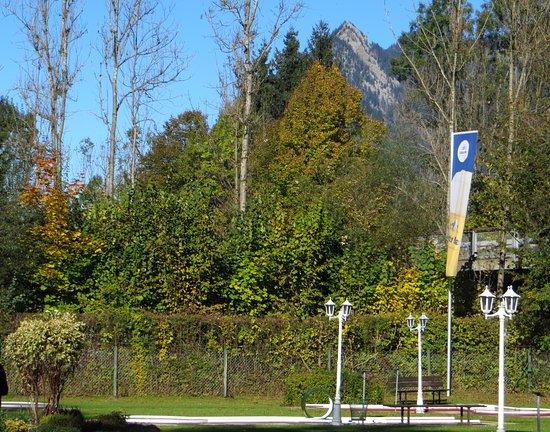 Sonthofen, Alemania: Blick vom Minigolfplatz zum Burgberger Hörnle