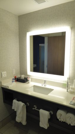 Pahrump, NV: Exquisite bathroom of great design - clean, shiny, space-efficient