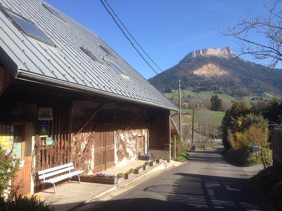 Le Sappey-en-Chartreuse, Francia: Entré till huset med bergstoppen Chamechaude i bakgrunden.