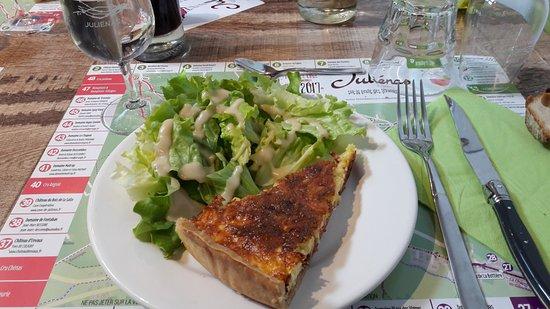 Julienas, Frankrike: quiche salade