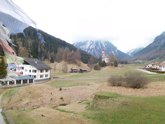 Obernberg am Brenner, Österreich: Blick von der Außenterrasse auf die Kirche