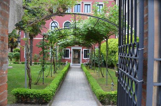 Giardino in ingresso picture of ca 39 nigra lagoon resort - Ingresso giardino ...