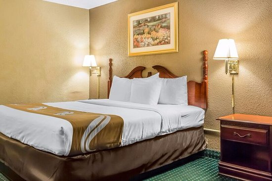 Lester, PA: King Guest Room