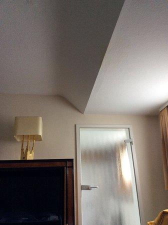 Berghotel Johanneshöhe: Vlek in plafond en glazen badkamerdeur