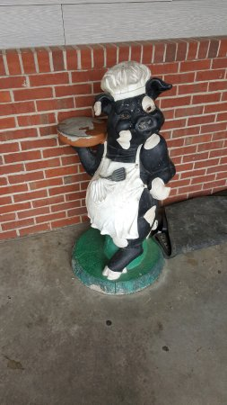 Marion, IL: Pig statue outside of restaurant