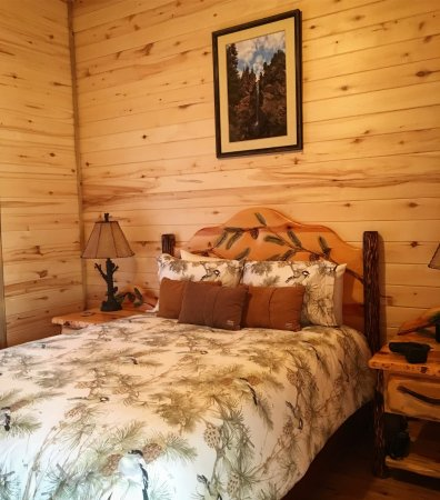 Cabins at Hartland Ranch: Queen bed suite in Trails End cabin
