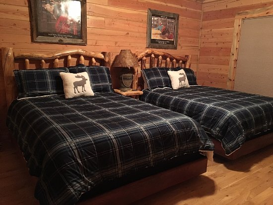 Cabins at Hartland Ranch: Double queen bedroom in Trails End cabin
