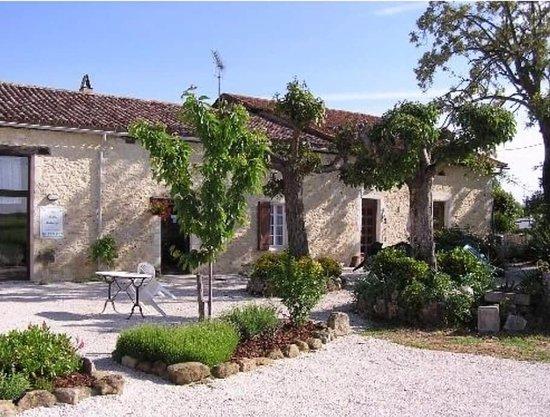 La grande maison front garden area photo de la petite for Auberge grand maison