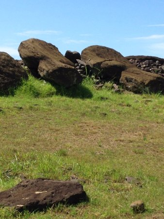 Ahu Akahanga: Lo scempio dei Moai a terra a testa in giù
