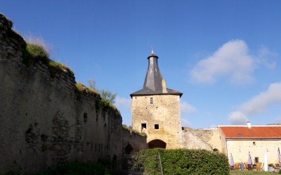 Airvault, ฝรั่งเศส: Calme et charme de très vieilles pierres !