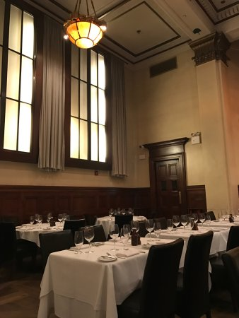Benjamin Steakhouse: Incredibly high ceiling