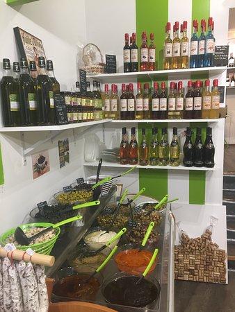 Olives , Tapenades , Apéritifs et Vins Régionaux .