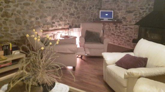 Ca La Gemma I Ca L'isidre: Sala de estar con televisión, wiphi, ordenador y revistas
