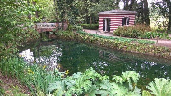 Antigua casa de ba os en el parque botanico de gij n for Casa jardin botanico