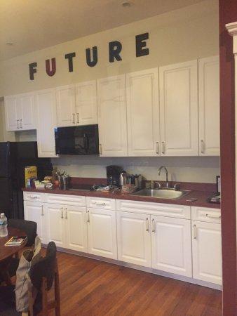 The Box House Hotel: Offene große Küche gepflegt und gut ausgestattet bis auf die Spülmaschine die fehlt -das Doppelb