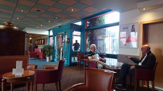 Thielle, Switzerland: Lobby y bar