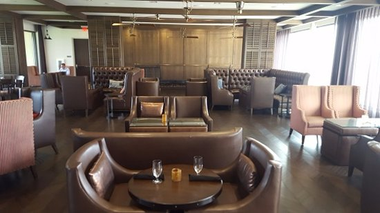 Bee Cave, TX: Meridian 98 Lounge- Just look at those comfy seats