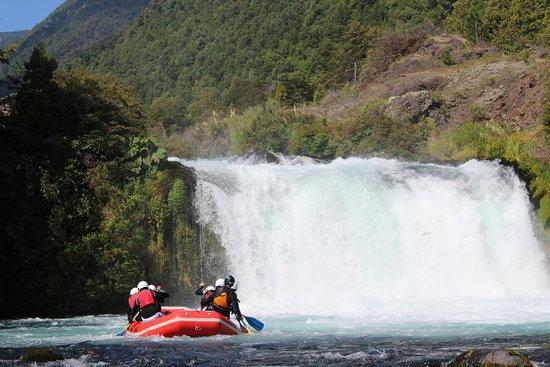 Melipeuco, Chile: Así de impresionante es el inicio de nuestro Rafting, en la impresionante cascada del Truful Tru