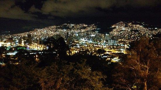Cerro Nutibara: Vista noturna do mirador