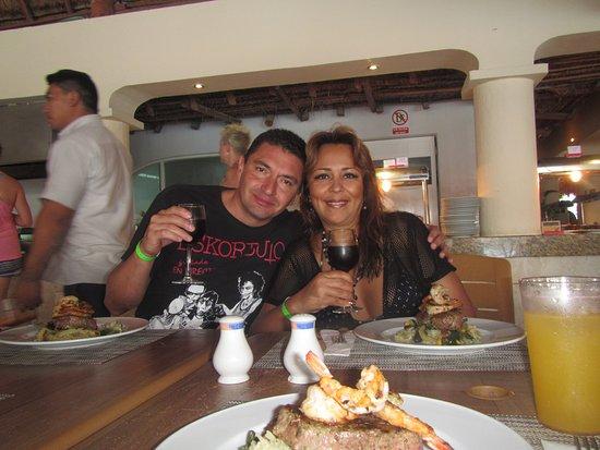 Allegro Cozumel: Mar y Tierra cocinado por Chefs Jorge Martínez, brindando con mi amada Mujer