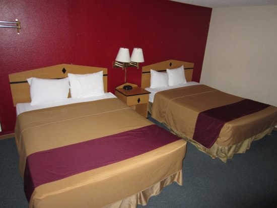 Newton, KS: Double Room with Two Double Beds - Non-Smoking