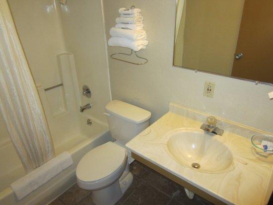 Newton, KS: Bathroom