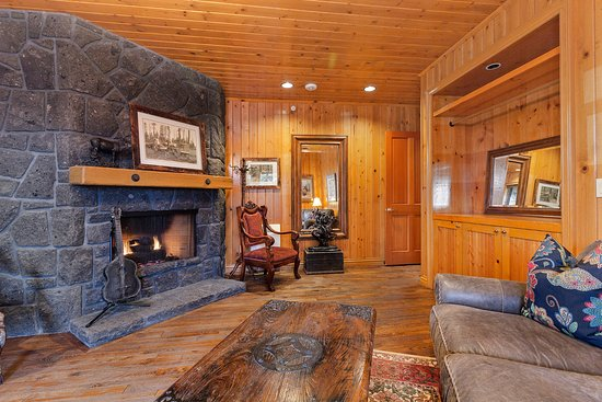 Estacada, OR: Pine Room (Grooms Room)