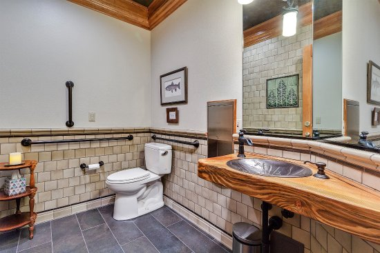 Estacada, OR: Handicap accessible main floor bathroom