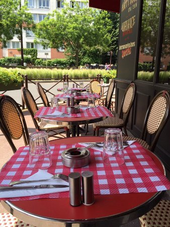 Issy-les-Moulineaux, Francia: terrasse pour les beaux jours..