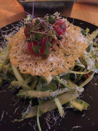 Drummondville, Canada: Salade asperges coiffée de parmesan et fraises👍