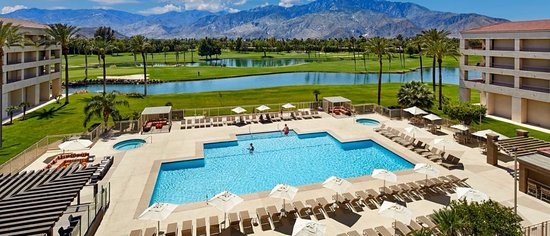 Cathedral City, CA: Great views of pool and golf course from your room.