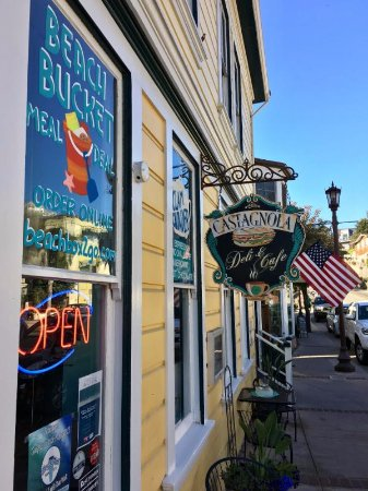 Capitola, CA: Out door seating with ocean views