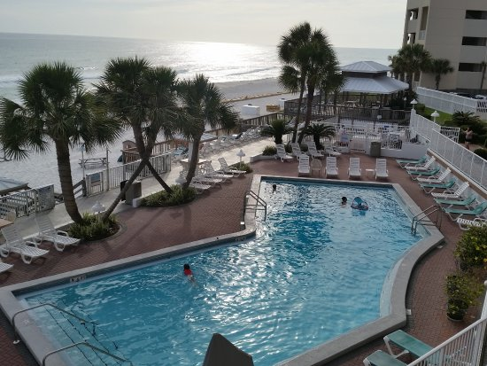 Palmetto Inn & Suites : Pool deck and beach view