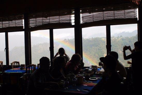 personas comiendo en el restaurante el mirador