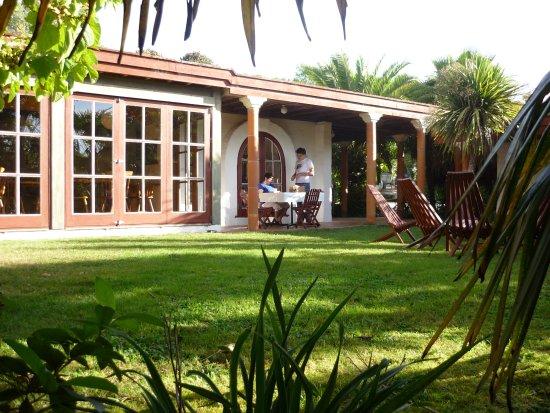 Pohara, New Zealand: Main building & garden