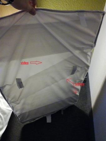 B&B Hôtel Metz Augny : fond & matelas du lit bébé fournit par l'hotel cassé