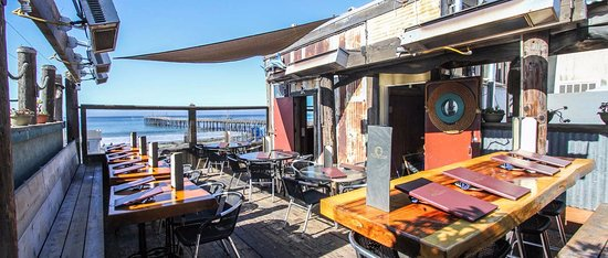Cayucos, CA: The popular dining deck at Schooners...