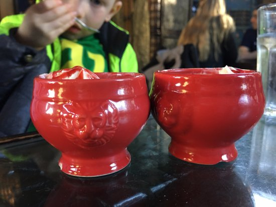 Wilsonville, Oregón: Ice cream bowls for the kids.
