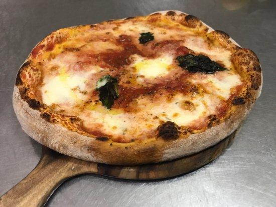 Woodbridge, Canadá: Queen santina Pizza.