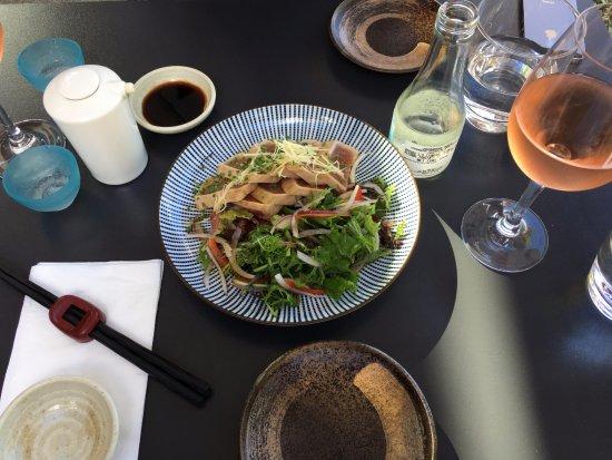 Takapuna, Nueva Zelanda: Tuna tataki, Man O War rose and sake