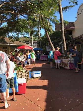 Koloa, Hawái: A view of the market.