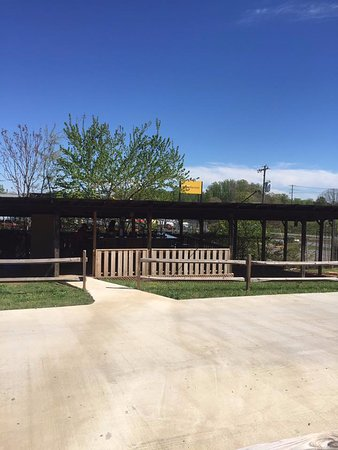 Shelby, Carolina del Norte: Skooterz also features an outdoor bar open at various times