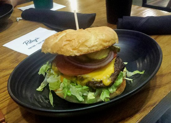 Clovis, Califórnia: Burgers are big and tasty.