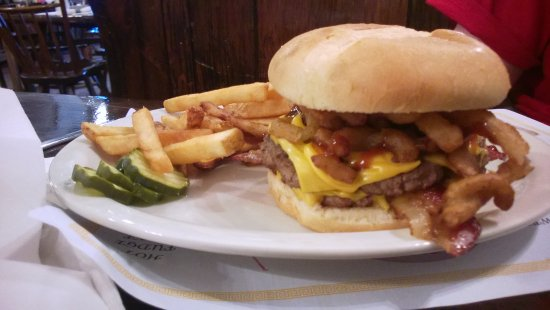 DuBois, Pensilvania: Double Stuffed Rancher with Fries & Pickles