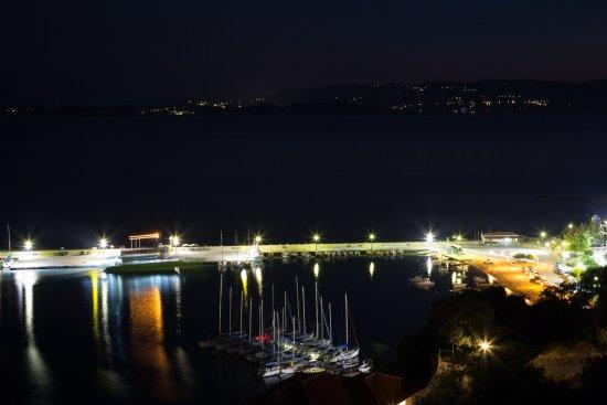 Loutraki, Grecja: ΘΕΑ ΑΠΟ ΤΗΝ ΤΑΒΕΡΝΑ