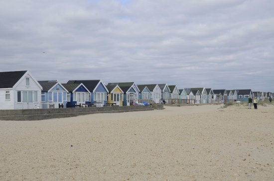 Christchurch, UK: The back of the beach are lined by colorful beach huts.