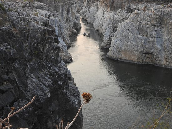 Bhedaghat, Hindistan: Breathtaking view of the Narmada river through marble rocks