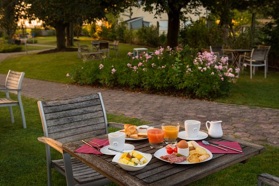 Bischwihr, Francia: petit déjeuner dans le jardin