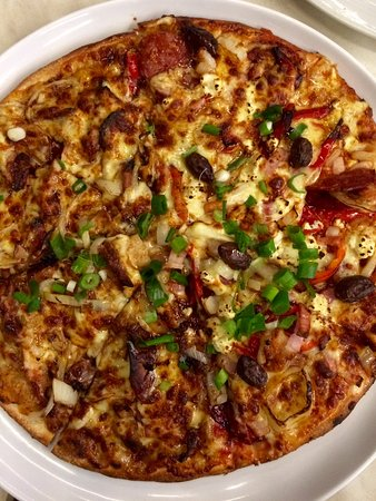 Lane Cove, Australia: 1/2 Mediterranean and 1/2 BBQ Chicken pizza