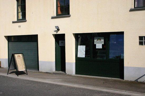 Leglise, بلجيكا: Entrée du commerce (rue du Moustier)